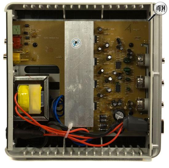 Внутри корпуса располагаются сетевой трансформатор и электронная плата. .